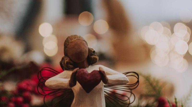 (credit fotografierende) Angel holding heart